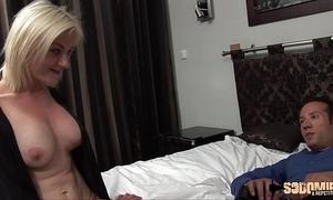 Caroline se fait sodomiser par un inconnu qui veut du sexe