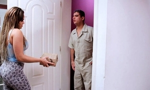 Seduzindo entregador casado