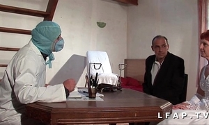 Sneezles vieille mariee se fait defoncee le cul chez le gyneco en triune avec le mari