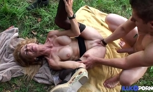 Bonne cougar light-complexioned et bien full-grown baisée dans un champ [full video]