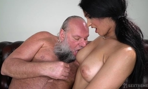 Inviting unlighted regarding big naturals copulates an elderly man